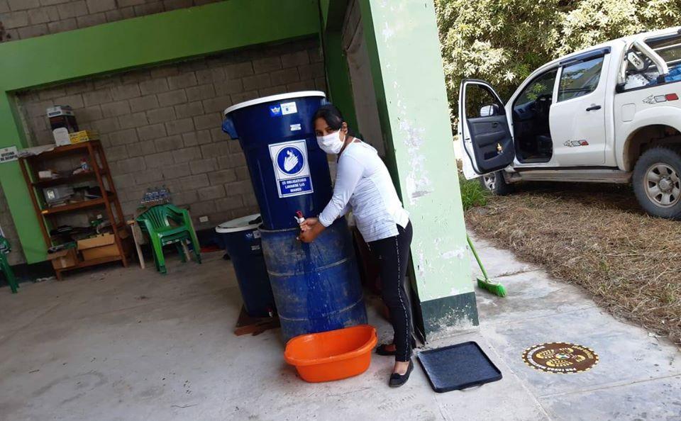 Impianto per il lavaggio delle mani finanziato dal fondo di emergenza Fairtrade