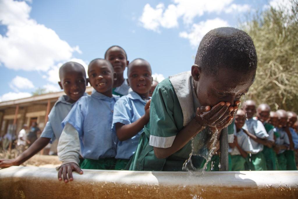 Grazie al Premio Fairtrade, la scuola primaria di Waridi, in Kenya, fronisce ai bambini acqua potabile e la possibilità di lavarsi prima del momento del pranzo. Ora la scuola è chiusa