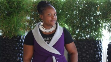 Caroline Mbae, giovani coltivatrice di tè in Kenya