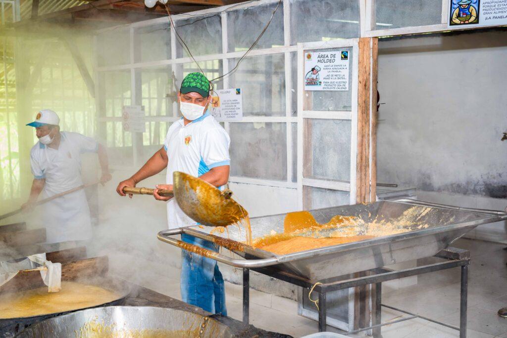 Lavorazione della canna da zucchero per ottenere la panela