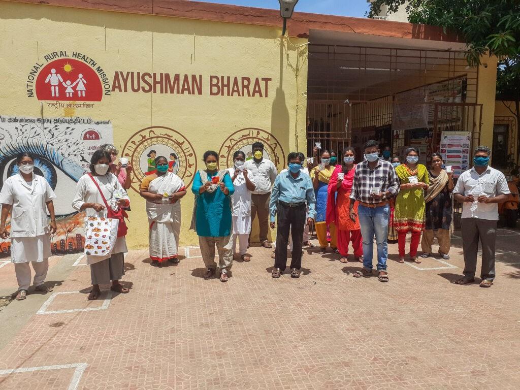 Distribuzione delle torte nel centro sanitario Ayushman Bharat