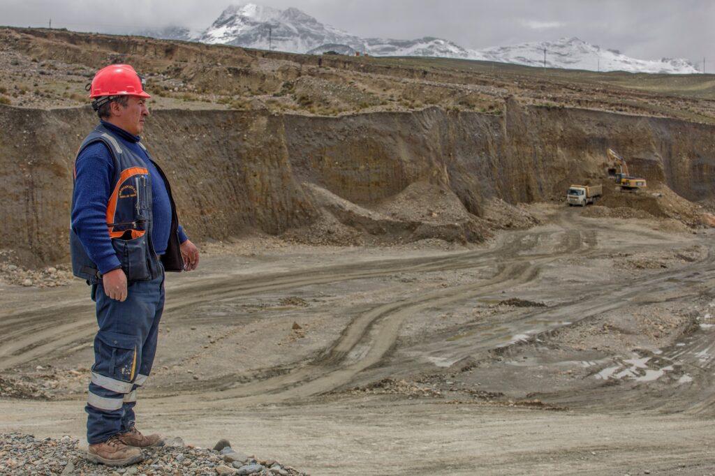 Il suolo, ricco di oro, viene scavato dai minatori di Limata.