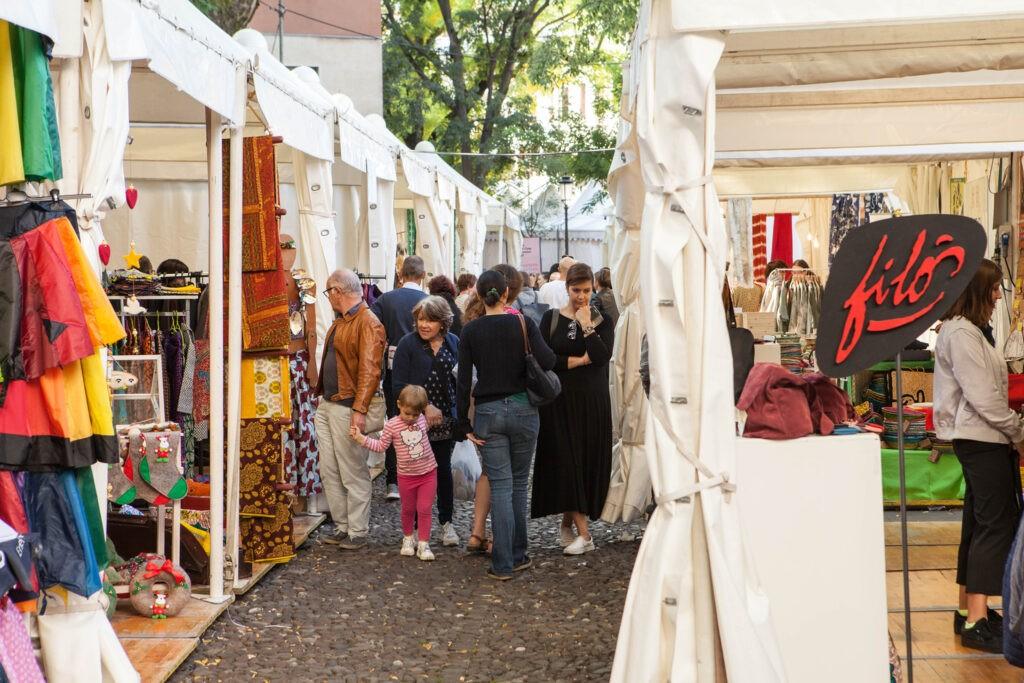 Una foto degli stand scattata durante l'edizione 2019 del festival nazionale commercio equo