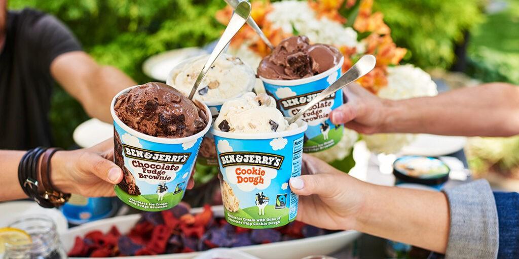 Amici che mangiano il gelato Ben&Jerry's