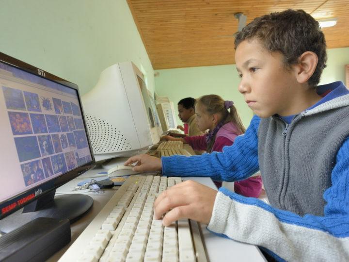 Bambini in un'aula informatica Coopfam