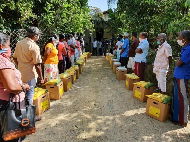 Distribuzione dei viveri di soccorso presso Seemasahitha Countrywide Wagakaruwange Samithiya, Sri Lanka, maggio 2020. © NAPP