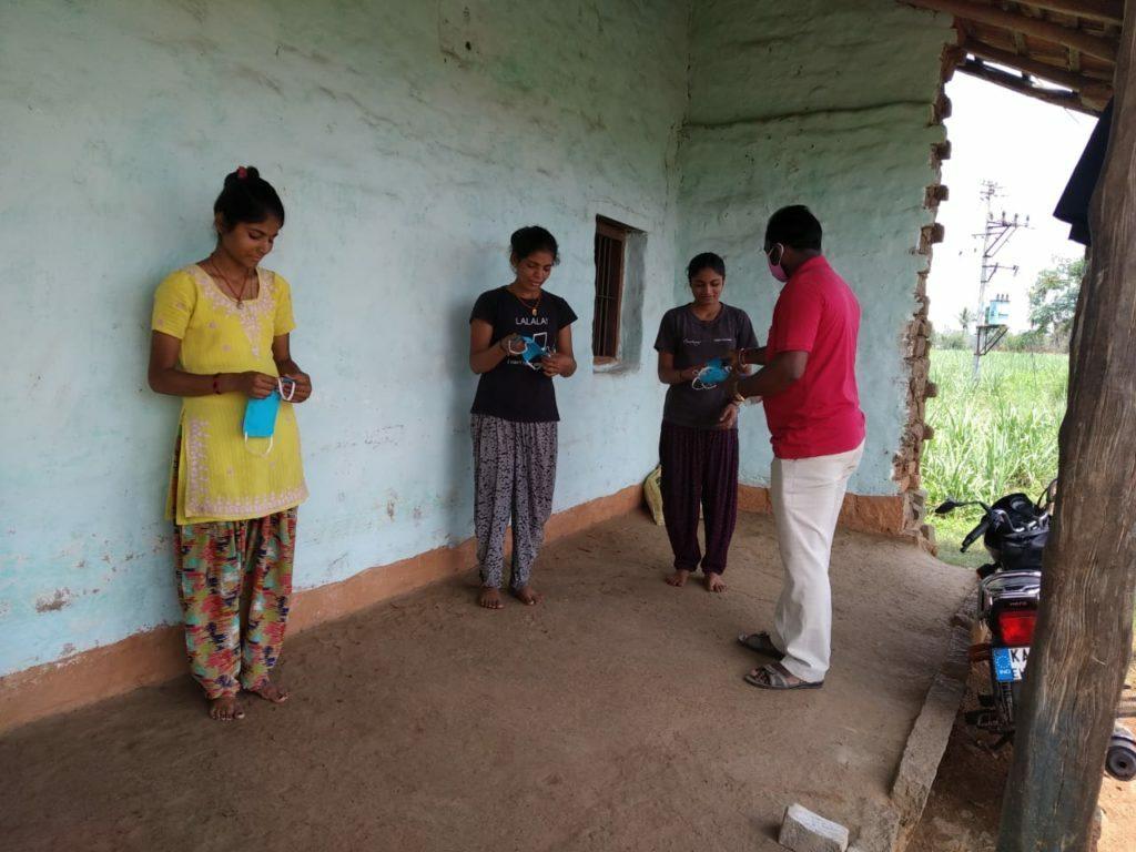 Distribuzione di mascherine presso la Primary Agriculture Credit Co-operative Sangha Niyamit, Chikkamunavalli
