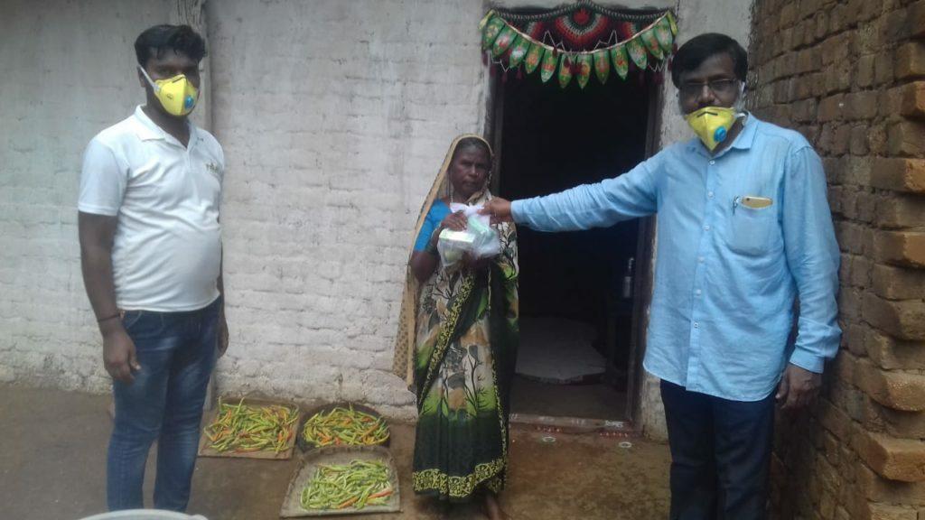 Distribuzione beni necessari presso Primary Agriculture Credit Co-operative Sangha Niyamit, Itagi
