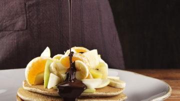 Pancake di grano saraceno con fonduta di cioccolato fondente e frutta di stagione