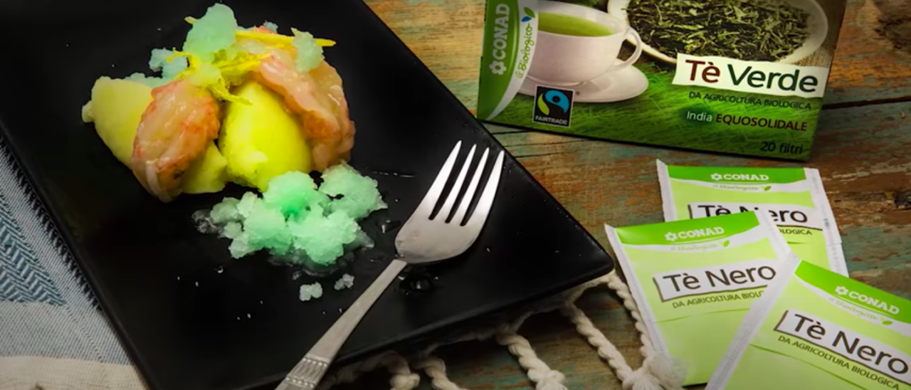 Scampi marinati al tè nero su schiacciata di patate con sorbetto al tè verde
