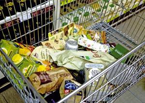 prodotti fairtrade in un carrello della spesa